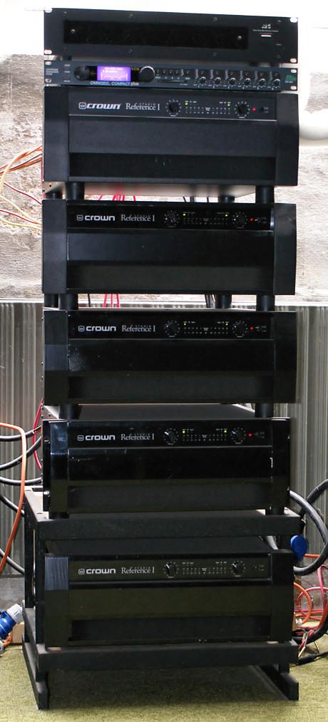 Fem Crown Studio Reference forsterkere på 780 watt per kanal driver de høyeffektive kinosystemene.