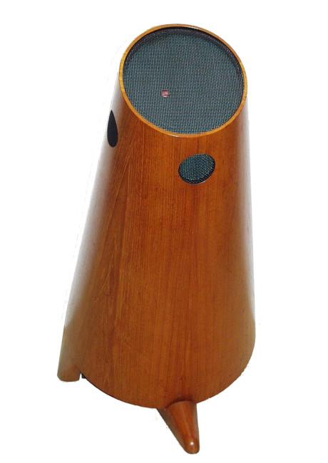 """Allerede fra begynnelsen tok Stig Carlsson avstand fra den etablerte lydbransjes idéer. """"Kullboksen"""" fra 1953 inneholdt alle de idéer som Carlsson kjempet for resten av sitt liv. Samt seks høyttalerenheter, elektronisk delefilter og 2 x 12 W rørforsterker!"""