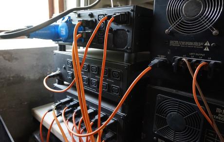 All elektronikk forsynes med balansert nettspenning for å senke støygulvet og gi elektronikken de beste arbeidsbetingelsene. Det store blå støpselet er en 32 ampers strømkontakt.