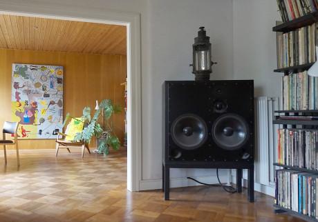 Britisk lyd. I stuen har Poul og Pia aktive studiohøyttalere fra engelsk ATC, drevet av en forsterkerboks på en kilowatt. Resten av anlegget inklusiv SME Series 5 platespilleren er lik til kontorsystemet.