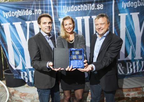 Sony tok prisen for årets budsjett-TV, 50W805B. Her med Daniel Canning, Kristin Sveinsson og Ulrik Petersen.