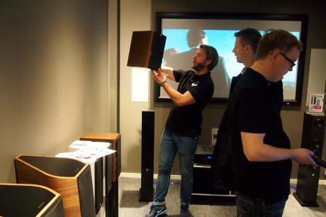 Butikksjef Andreas Flø Vestavik viser frem høyttalere til en kunde.