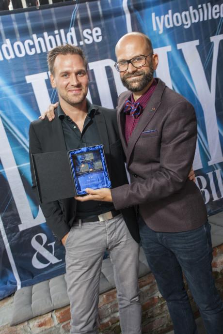 Samsung mottok også TV-pris, denne gangen i toppklassen. Her ved Olav Nordstoga og Christian De Lange.