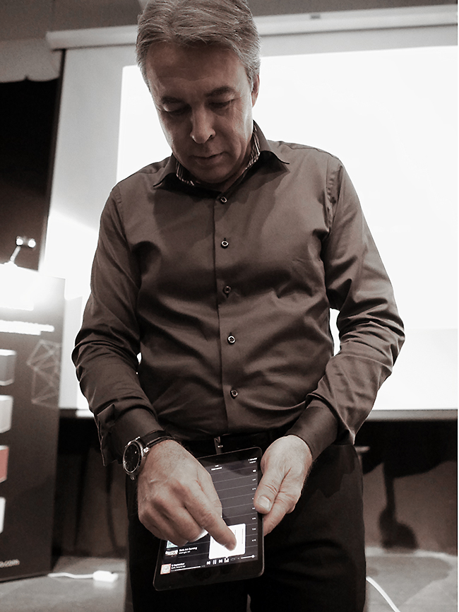 Leder i Ixion, Tom Austad, viser Ixion-appen på nettbrett.