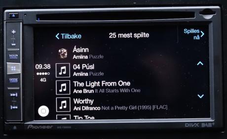 Musikken fra mobilen blas enkelt i via pekeskjermen.