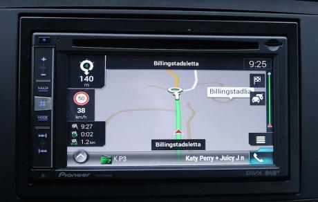 Pioneers innebygde navigasjon viser fartsgrense og hastighet, samt legger om ruter etter trafikkmeldinger.