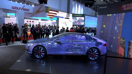 Panasonic dro kanskje reklameplakater lengst av alle, ved å gjøre om en Tesla Model S til en del av lerretet!