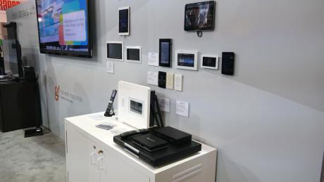 Wall-Smart hevder å ha en meget enkelløsning for styring av hjemmetslyd, TV, lamper - og mye mer.