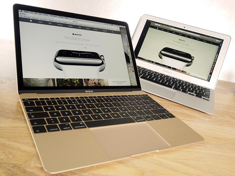 """12"""" MacBook med retina-skjerm i forgrunnen, og 11"""" MacBook Air i bakgrunnen."""