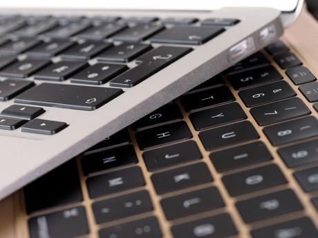 Den nye MacBook har et tastatur i full størrelse, men tastene har stort sett nesten ingen trykkmotstand, og hver enkelt tast er 17% større enn på tidligere MacBook-tastaturer.