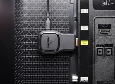 Airtame plugges direkte i HDMI-porten. Strøm får den fra USB.