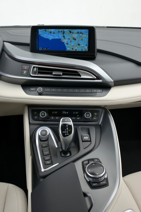BMWi8_midterkonsol_og_instrument