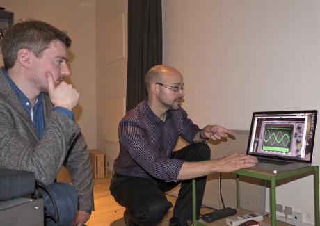 Tonmeister Geoff Martin (til høyre) forklarer til L&Bs Audun Hage hvordan reflekterte lydbølger kan forstyrre den direkte lyden fra høyttalerne - den såkalte kamfiltereffekten.