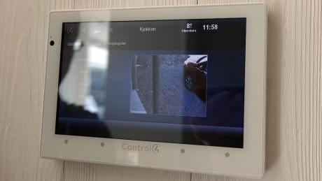 Du kan få opp kamerafeeden direkte på både TV-en og nettbrettet.