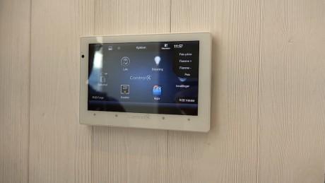 Alt kan styres fra nettbrett, og mange velger å installere flere iPad-er rundt i huset.
