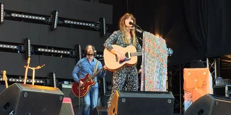 Ida Jenshus spiller meget bra countrymusikk, perfekt i sola.