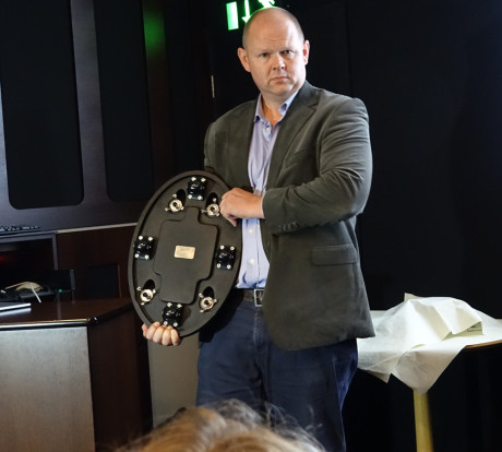 Basene er nye, med helt stillegående hjul, og integrerte pigger som enkelt skrus ut når du har plassert høyttaleren der du vil ha den.
