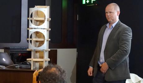 Andy Kerr fra B&W poserer stolt ved det nye skjellettet, fra innsiden av kabinettene.