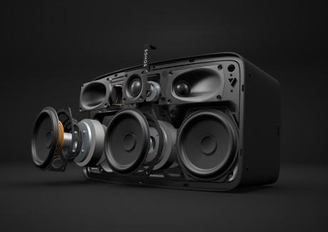 Tre diskanter og tre mellomtonebasser gir kraftig lyd som sprer seg bredt utover og skaper et stort lydbilde.