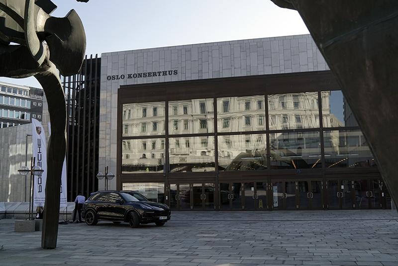 Foruten anlegget til 10 millioner i Oslo Konserthus, demonstreres det også high-end lyd i Porsche og Aston Martin på utsiden.