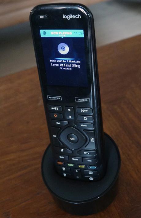 Hvis du ikke ønsker smartstyring av hjemmet men bare trenger en god fjernkontroll med IR-funksjon, kan Harmony 950 kjøpes til 2.499 kr. Foto: Geir Gråbein Nordby