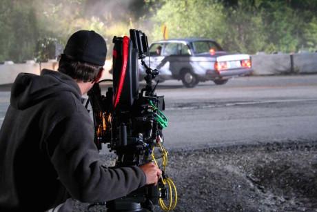 En utsendt nyhetsjournalist kan filme saken han dekker, mens TV-produsentene på kontoret hjemme sitter og redigerer direkte. Foto: iStock