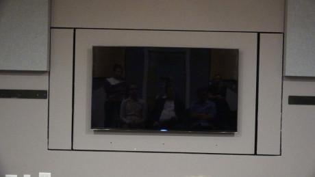 I det ene testrommet til Samsung er TV-en montert på en motorisert vegg. En annen TV-kan monteres på den andre siden, slik at man med et tastetrykk og en halv veggomvending kan veksle mellom å høre på de to TV-ene. Foto: Geir Gråbein Nordby