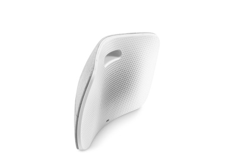 BeoPlay A6 er tynn og buet som en boomerang.