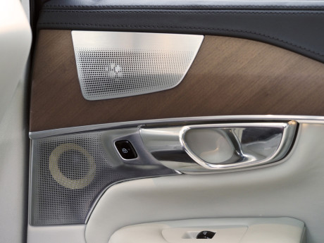 B&W-høyttalerne er plassert der de lyder best, med Nautilus-diskanten øverst og vinklet mot passasjeren.