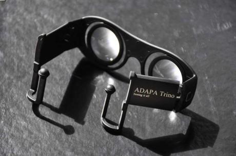 ADAPA har utviklet en passiv VR-brille som festes til mobiltelefonen. Fordi man beholder sideblikket ut i den ekte virkeligheten, slipper man kvalmen som kan oppstå når man stenger virkeligheten helt ute.