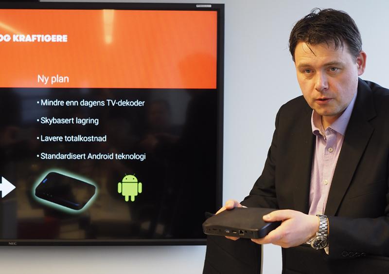Øyvind Lundbakk, produktdirektør i Altibox, her med den nye kabel-tv-mottakeren som er laget i samarbeide med Huawei.