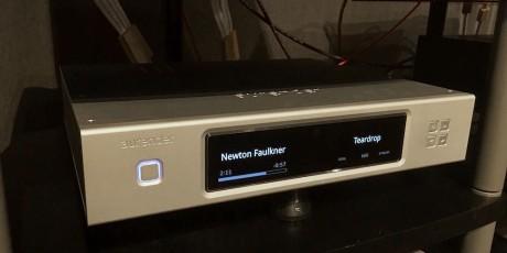Aurender N10 er en nettverksspiller med innebygde strømmetjenester, derav både Spotify og Tidal. Men kanskje viktigere er det hvordan den håndterer høyoppløste musikkfiler. Hva får du så for 100.000 kroner? Ikke innebygd DAC i hvert fall...