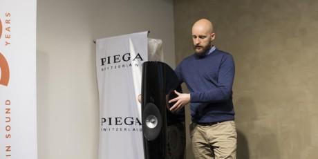 Sondre Solgård fra Akustikk AS setter opp KEFs nyeste high-end-høyttaler, Blade Two.
