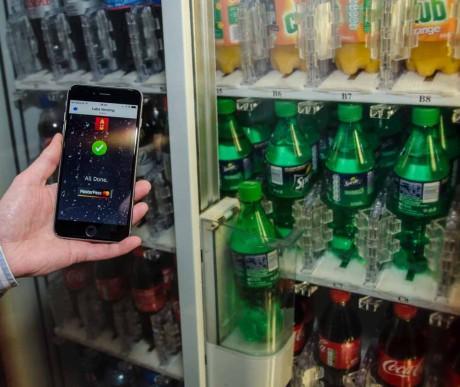 IoT handler ikke om å skifte alt ut. Gamle maskiner kan godt lære nye triks. Som denne Cola-automaten, som for ca. 150 kroner ble bygget om til mobilbetaling. Foto: MasterCard.