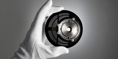 Dyrere hodetelefoner har høyere kvalitet på høyttalerelementene. Her elementet på Beyerdynamic T 1, med en magnetisk styrke på over 1 Tesla. Foto: Beyerdynamic