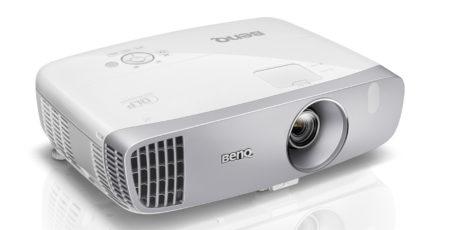 W1110 er den du skal velge om du i tillegg ønsker å se film med god kontrast i mørket. (Foto: Produsenten)