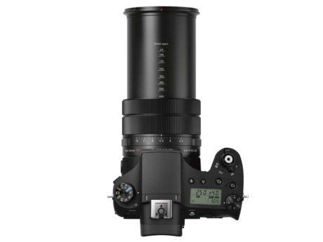 Sony-kameraet er større og tyngre enn det ser ut, mye takket være den kraftige zoomen. (Foto: Produsenten)