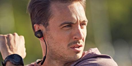 SoundSport er trådløse ørepropper, som festes til innerøret med en finne. SoundSport Pulse (avbildet) har dessuten pulsmåler i øret. Foto: Bose