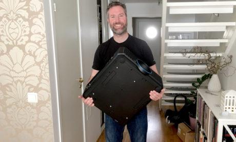 Projektoren er voksen av størrelse, og veier 25 kilo. Foto: Ole Emil Johnsen