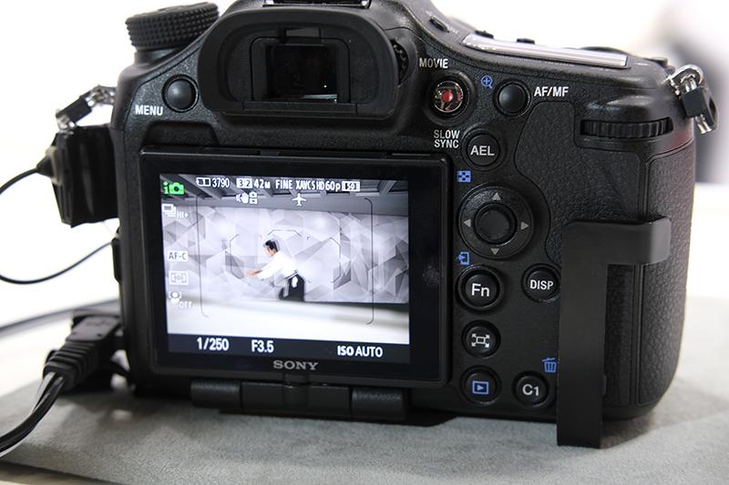 (Foto: Lasse Svendsen) Med SLT-teknikken er det nesten null mørklegging av søkeren på full hastighet, 12 bps.