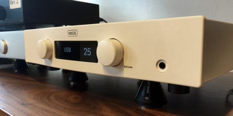 Röst er Hegels første hvite produkt. En integrert forsterker på 2 x 75 watt, med mer enn ett triks i ermet. Foto: Geir Gråbein Nordby