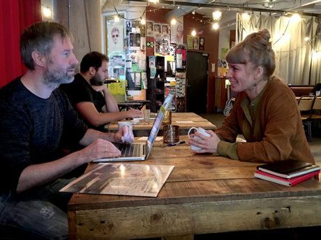Natasja Holmboe prater ivrig med Lyd & Bildes utsendte Geir Gråbein Nordby.