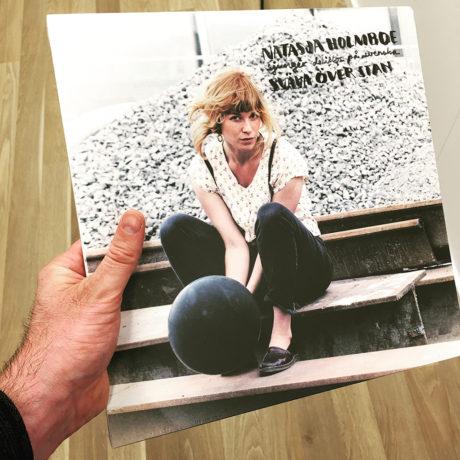 """Vi fikk med oss debutalbumet """"Sväva över stan"""" på vinyl. Foto: Geir Gråbein Nordby"""