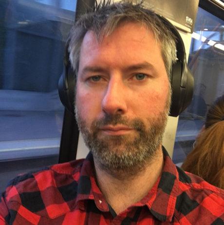 Vår anmelder på en av sine sjeldne turer med T-banen. Foto: Geir Gråbein Nordby