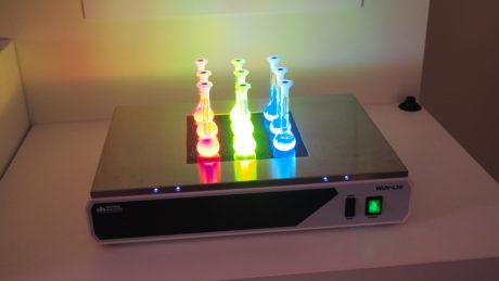 Her ser vi hvordan utvalgte Quantum dot partikler (rød grønn og blå) reagerer når de bestråles med UV-lys.