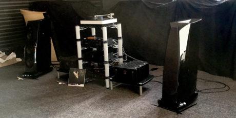 DaCapo, en av initiativtakeren til Hi-Fi Messen i Horten, hadde et av de store rommene. Da vi var der spilte de på et par store Rockport Avior drevet av Lamm M1.2 monoforsterkere, mens kilden var Dr, Feickerts platespiller Blackbird. Foto: Geir Gråbein Nordby