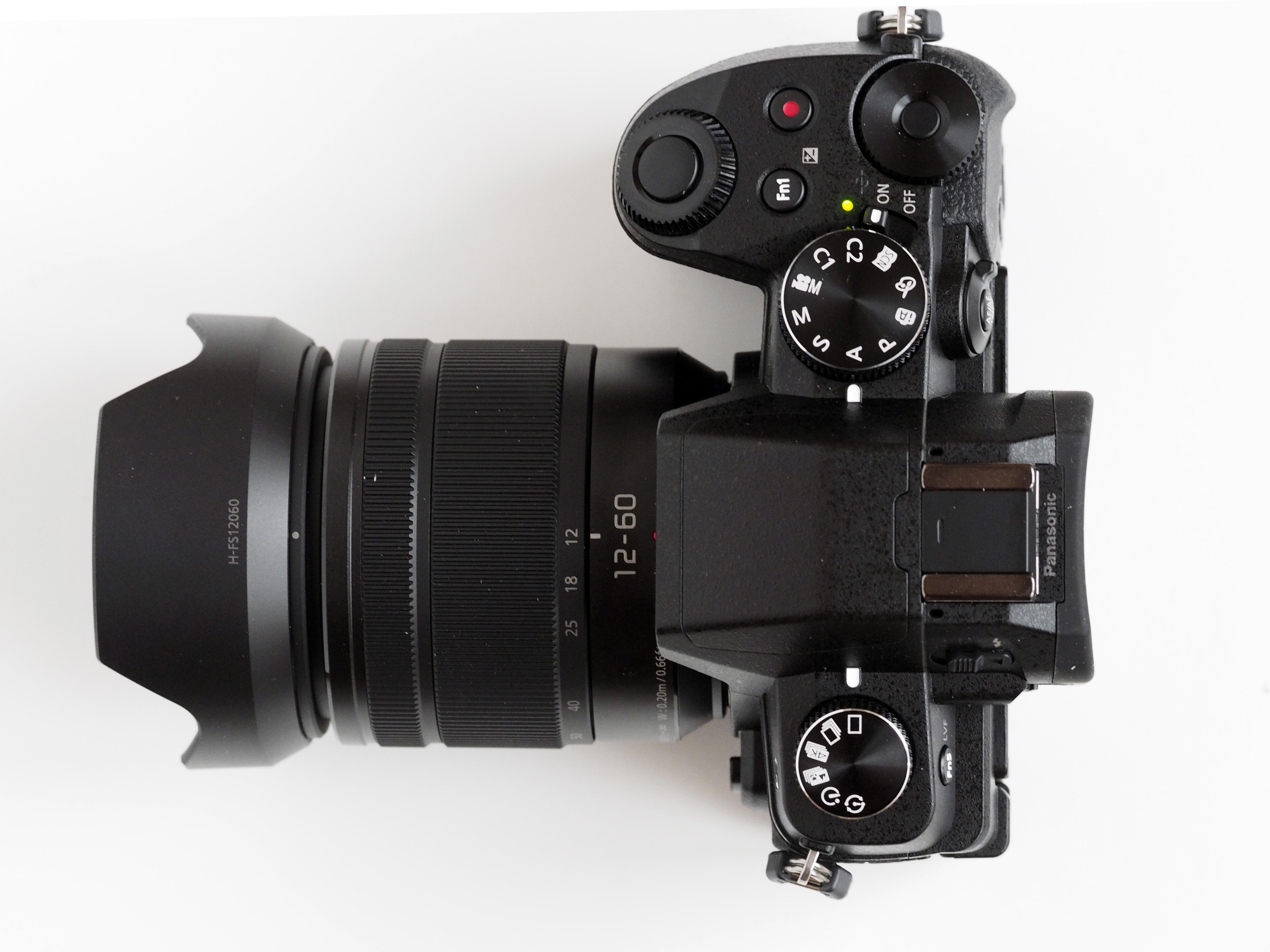 Kameraet er ikke stort, men antall knapper og ratt er ikke få.