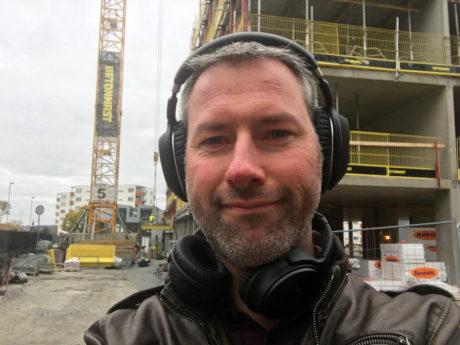 Tid for selfie: Ute ved en byggeplass kunne Sennheiser og Bose skilte med omtrent like god støyreduksjon. Foto: Geir Gråbein Nordby