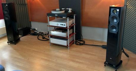 Norsk Audio Teknikk hadde premiere på den helt nye forsterkeren Bladelius Brage med 2 x 50 watt i Klasse A. Den drev med overbevisning et par Elac FS 267. Hyggelig prisede produkter, hvis man ser bort fra platespilleren fra Bergman til over 100.000 kroner. Foto: Geir Gråbein Nordby