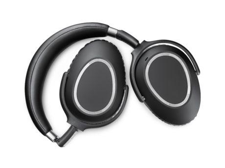 For å skru av hodetelefonene, vrir du de to koppene innover, slik at konstruksjonen blir helt flat. Vri koppene tilbake, og de skrur seg på igjen. Foto: Sennheiser